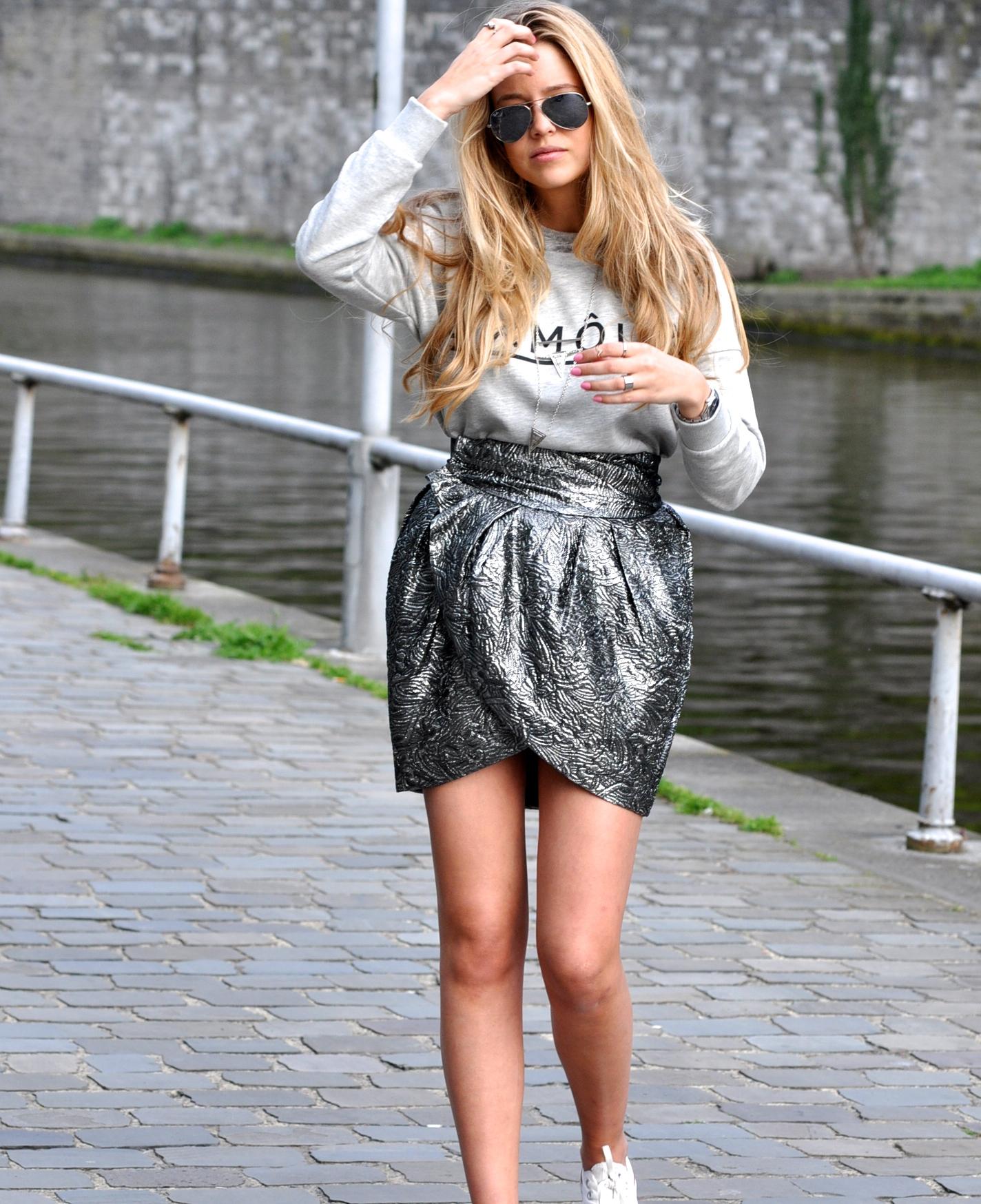 Sweat H&M ✖ Jupe Isabel Marant pour H&M ✖ Baskets converse ✖ Lunettes de soleil Ray ban